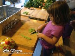 <h5>Ainara </h5><p>L&#039;Ainara tallant la mongeta</p>