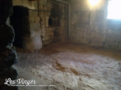 <h5>Forn de llenya</h5><p>Hem recuperat l&#039;antiga sala on hi havia el forn de llenya i l&#039;hem arreglat per a poder-hi cuinar. Com veieu, el terra de la masía és la roca mare.</p>