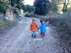 <h5>Passejant</h5><p>Teo i Ainara passejant pel bosc</p>