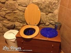 <h5>Lavabo sec</h5><p>El nostre lavabo sec ens permet estalviar cada dia més de 70 litres d&#039;aigua. Utilitzant serradures evitem mals olors i a la llarga ho compostem per obtenir humus per utilitzar als arbres fruiters.</p>
